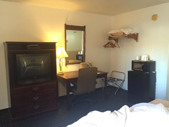 Jamestown Railtown Motel: TV&desk