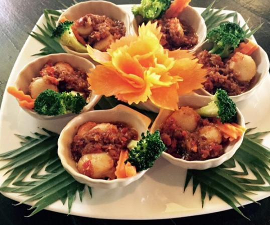 Baan Rabiang Nam or River Tree House: Scallop shells with broccoli, carrot and chili paste