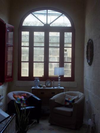 Mia Casa Bed and Breakfast Gozo: Small sitting room