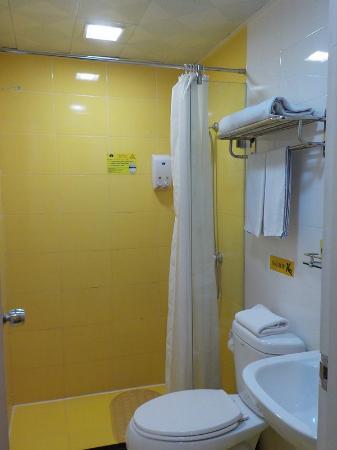 Home Inn Jiangmen Jianshe Road Diwang Plaza: シャワーしかないがコンパクトにまとまった浴室