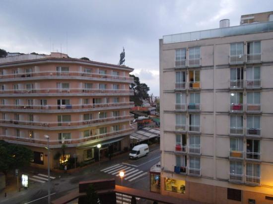 Hotel Mariner : вид из номера, за этой гостиницей море