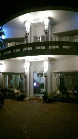 Panda Guesthouse: Hotel at night