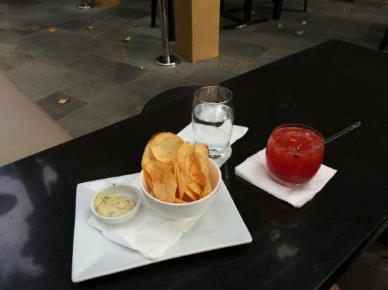 Sala Bistro: チップス&カクテル
