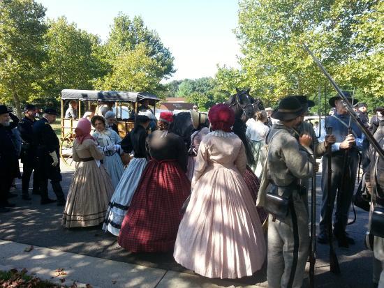 Manassas Junction Bed and Breakfast: Civil War ladies