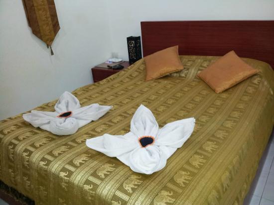 phuketgreenhome: deux serviettes de bain décorent le couvre-lit