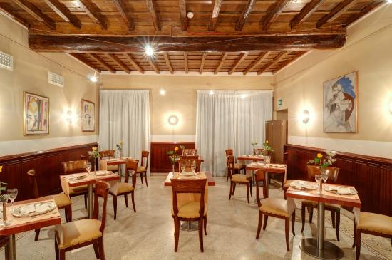 Le Grondici: Restaurant by night
