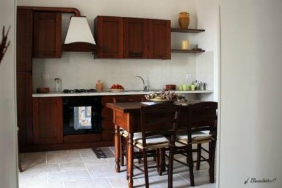 Sala da pranzo con cucina- Trullo Bianco - Foto di Masseria ...