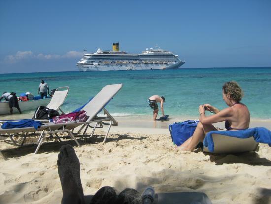 Bayahíbe, República Dominicana: Cruise Ship anchored at Catalina Island