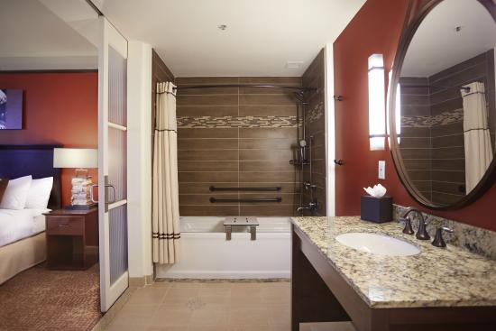 The Emily Morgan Hotel - a DoubleTree by Hilton: The Emily Morgan Hotel Bathroom