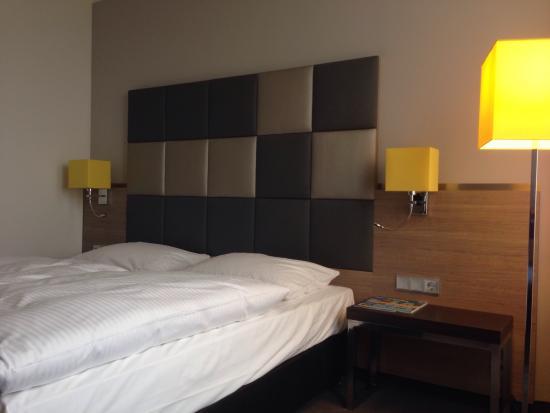 Novum Select Hotel Berlin Spiegelturm: Bett