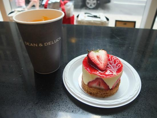 Dean & DeLuca Cafe - Rockefeller Plaza : ペットボトル買ったら、カップと氷くれた。