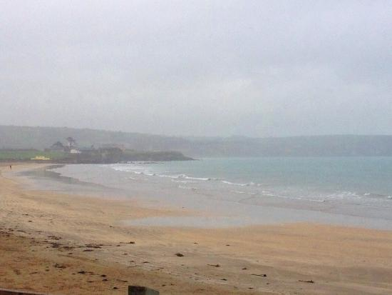 Dungarvan, Irlandia: A calm drizzly day. Perfect for a walk on a deserted beach.