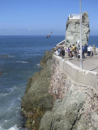 Mazatlan Tours: One of the crazy brave divers!