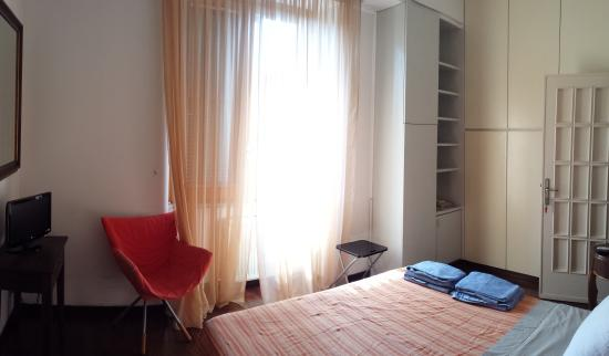 Emi's Guest House: camera arancio