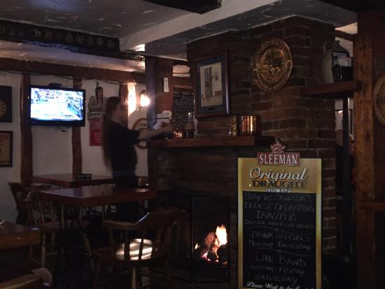 Olde Angel Inn Hotel and Restaurant: Restaurant bar area