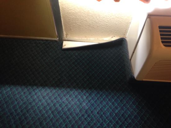 Golden Palms Inn & Suites: Carpet pulled away from wall