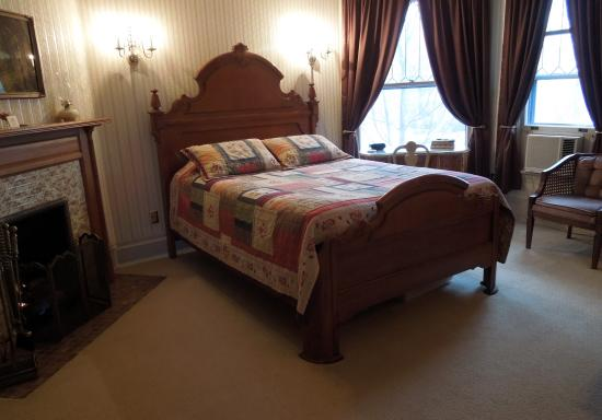 The Lamplighter Bed and Breakfast of Ludington: Crosby Fireplace Room