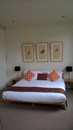 TWOFOURTWO Boutique Apartments: King size bed with extra pillows and electric blanket
