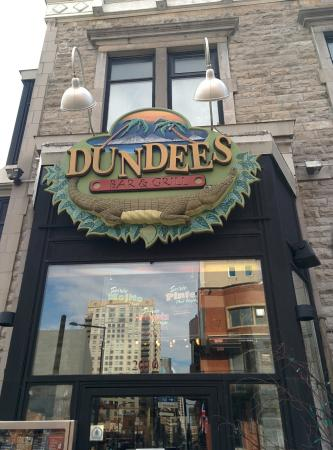 ‪Dundees Bar and Grill‬