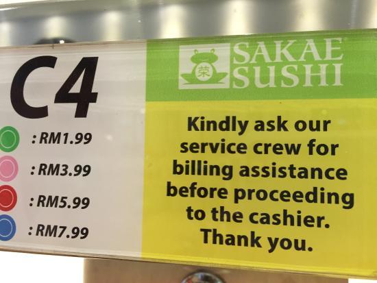 Sakae Sushi: Preços dos pratinhos pela cor, para se servir da esteira