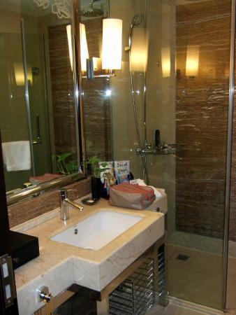 Veegle Hotel Hangzhou : Vanity and shower
