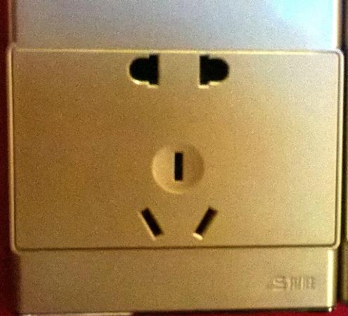 Veegle Hotel Hangzhou : Power Point. EU and AU plugs. Note: top pin (earth) for AU plug must be used, (avoid 2 pin adapt