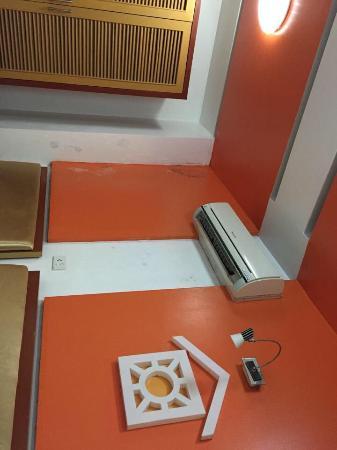 Van Mieu 1 Hotel: Mouldy walls