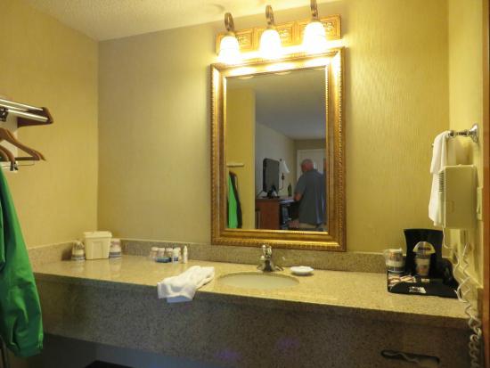 Best Western Shadow Inn: Bathroom sink separate from toilet and shower/bath