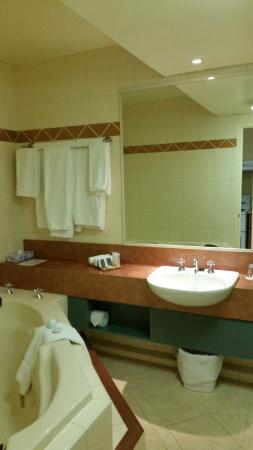 Tradewinds Hotel Fremantle : Bathroom had a spa