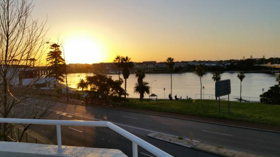 Tradewinds Hotel Fremantle : View of the Swan River from the dining/bar area