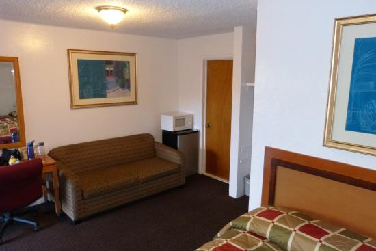Klamath Motor Lodge: Main area Suite