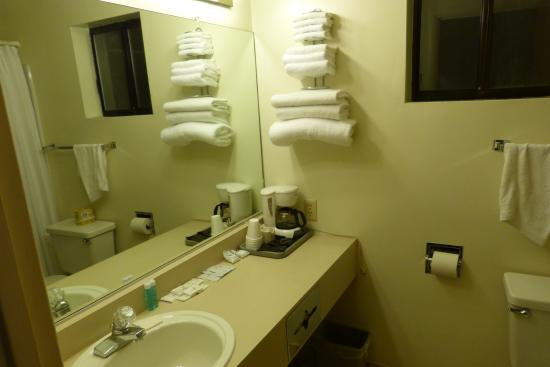 Klamath Motor Lodge: bathroom Suite