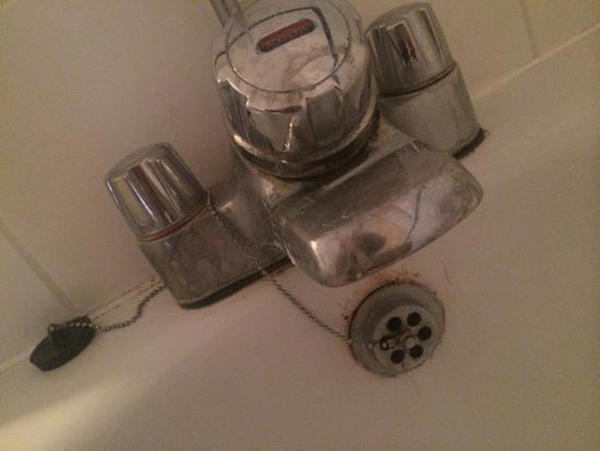 Mercure Stafford South Hatherton House Hotel: Rusty bath fixture