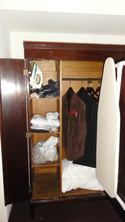 Write Inn: Inside the closet in the Bedroom