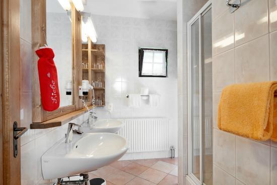 Naturel Hoteldorf Schoenleitn: Badezimmer Beispiel