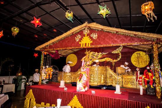 Hotel Yadanarbon: sky bar traditional dance