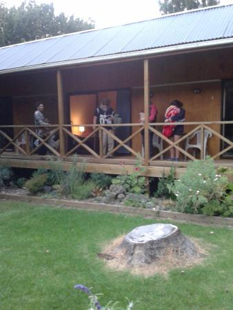 Te Araroa Holiday Park: There was a table and chairs outside our room, front of balcony