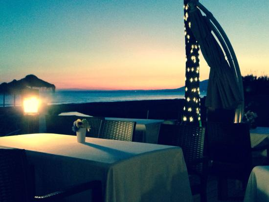 The Beach House Restaurant Marbella: Perfect sunset - fantastic food last night too - highly recommended. Amanda and I were thoroughl