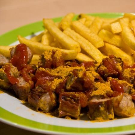 Bahnhofsgrill: Currywurst mit Pommes