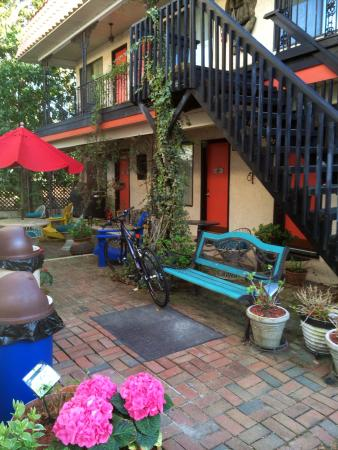 Serendipity Inn: Courtyard