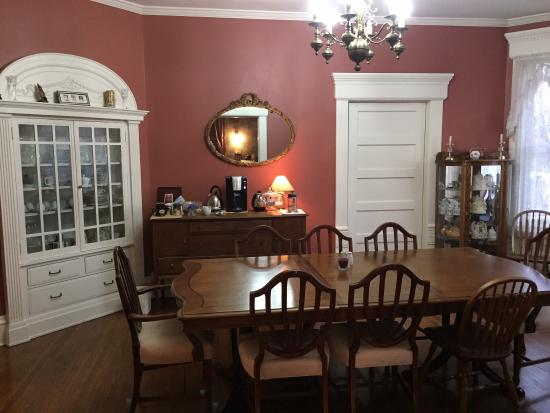 A.P. Green House Bed and Breakfast: Large dining area where daughter delighted us with private piano performance