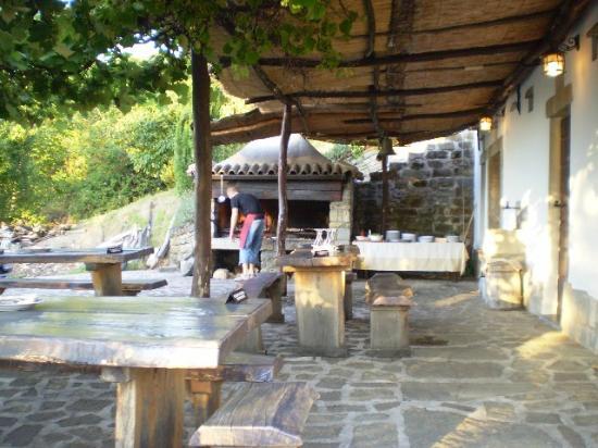 Sotto la pergola nella zona del barbecue esterno picture - Barbecue esterno ...