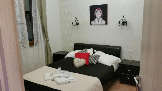 Camera matrimoniale letto alla francese con bagno - Foto di ...