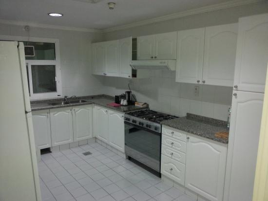 Savoy Crest Exclusive Hotel Apartments: Spacious kitchen with Dentist lighting and fridge running like a diesel engine
