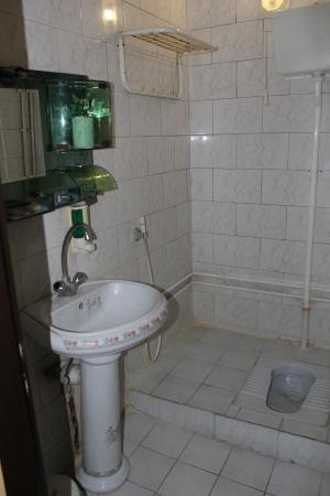 Kosar Hotel: bathroom