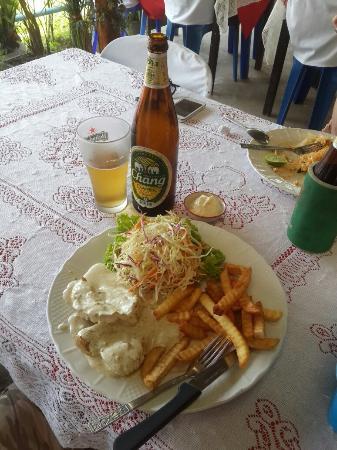 Baan Kai Bae Seafood: Порция курицы в сливочном соусе и свежие крабы.