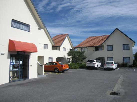 Bella Vista Motel Hokitika: View from street