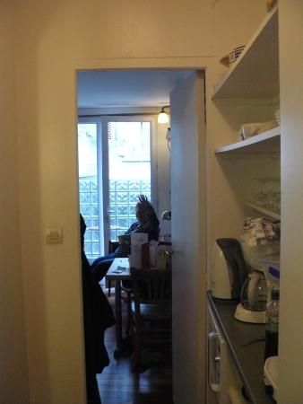 Loft Paris: Bedsit room and kitchen