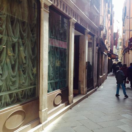 Hotel Bella Venezia: Calle Dei Fabbri, Hoteleingang links