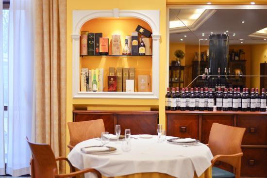 Sala Tavolo Rotondo Picture Of Ristorante Mediterraneo